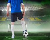 Imagen compuesta de futbolista de pie con bolaボールを持って立っているフットボール選手の合成画像 — ストック写真