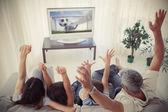 Familia animando y viendo el mundial en casa — Foto de Stock