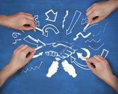 Múltiples manos dibujo apretón de manos con tiza — Foto de Stock