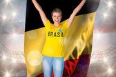 Brasil tshirt holding heyecanlı futbol fan — Stok fotoğraf