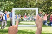 Hand som håller tablet pc visar studenter — Stockfoto