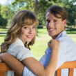 Couple relaxing on park bench — Stock fotografie