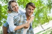 Couple heureux dans le parc — Photo