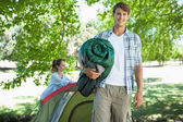 Man and girlfriend pitches tent — Foto de Stock