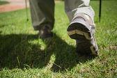 Womans nogi w butach turystycznych — Zdjęcie stockowe