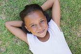 Petite fille couché sur l'herbe — Photo