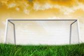 Trave na grama sob céu — Fotografia Stock