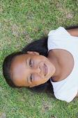 маленькая девочка, лежа на траве — Стоковое фото