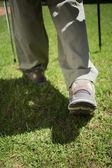 Womans nogi chodzenie na trawie — Zdjęcie stockowe