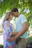 情侣在公园里拥抱 — 图库照片