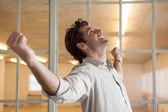 Uomo d'affari con le braccia tese — Foto Stock