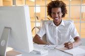 Homme d'affaires, écrivant à son bureau — Photo