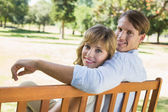 Couple relaxing on park bench — ストック写真