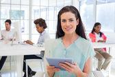 Imprenditrice con tablet pc — Foto Stock