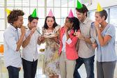 Werknemers een verjaardag samen vieren — Stockfoto