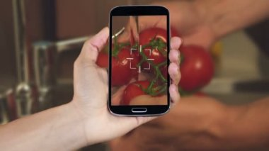 Hand showing cooking clips on smartphone — Stock Video
