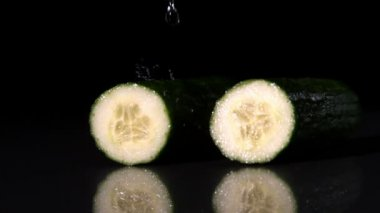 Water raining on courgette halves — Stock Video