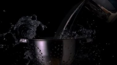 Water pouring over colander — Stock Video