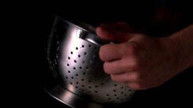 Hands tossing pasta in colander — Stock Video