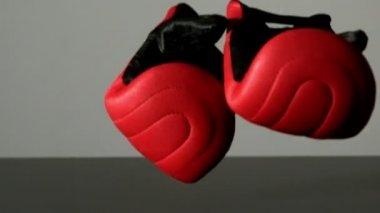 Red boxing gloves falling — Stock Video