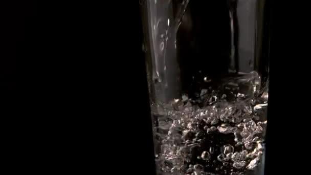 Vierte en el vaso de agua — Vídeo de stock
