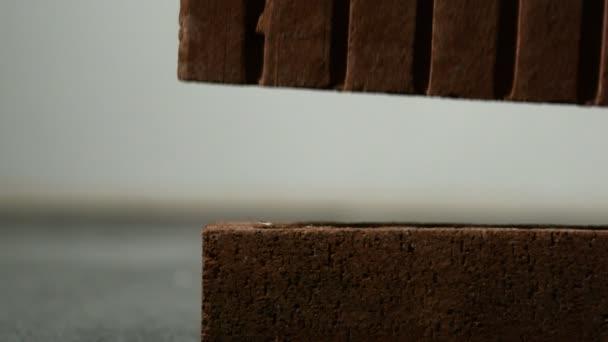 Brique tombant sur et briser un autre — Vidéo