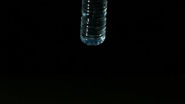 Botella de plástico cayendo y derramar — Vídeo de stock
