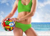 Meisje in bikini houden vlag bal — Zdjęcie stockowe