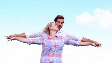 Par med armarna utsträckta — Stockvideo