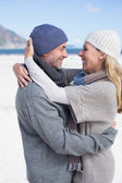 Couple hugging on the beach — Stock fotografie