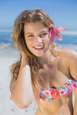 Blonde with flower hair accessory on beach — Foto Stock