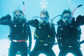 Friends on scuba training submerged in pool — Stock Photo