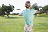 Female golfer taking a shot — Foto Stock