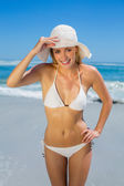 Blonde in white bikini and sunhat — ストック写真