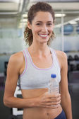 Fit woman holding wasserflasche — Stockfoto