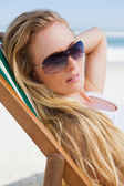 Blonde in sunglasses at beach — ストック写真