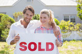 Couple holding sold sign — Foto Stock