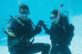 Man proposing marriage to girlfriend underwater — Foto de Stock