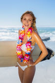 Blonde surfer in garland on beach — ストック写真