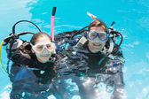 Couple on scuba training in swimming pool — Photo