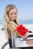 Wheelchair bound blonde holding roses — 图库照片