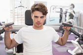 Man using weights machine — Foto de Stock
