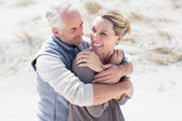 Hugging couple on the beach — Foto de Stock
