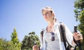 Bonita excursionista con mochila caminar cuesta arriba — Foto de Stock
