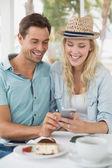 Pár spolu při pohledu na smartphone — Stock fotografie