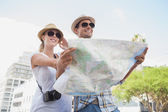 Tourist couple using the map — Foto de Stock