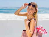 Blonde carrying bag and towel — Stockfoto