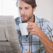 Man drinking coffee and reading newspaper — Stock Photo #48331627