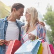 Hip couple holding shopping bags — Stockfoto