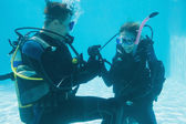 Man proposing marriage to girlfriend underwater — Stock fotografie